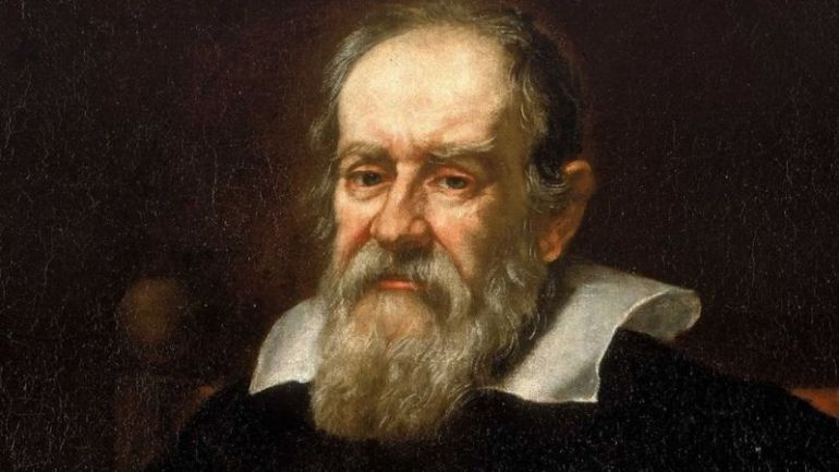 Галилео Галилей изучал Луну при помощи мощного телескопа