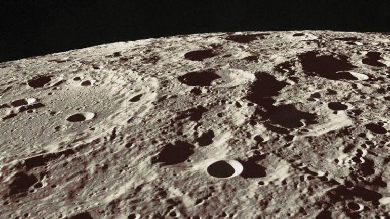 Поверхность Луны покрыта горами, равнинами и кратерами