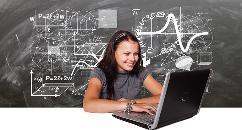 Девушка за ноутбуком. Студентка