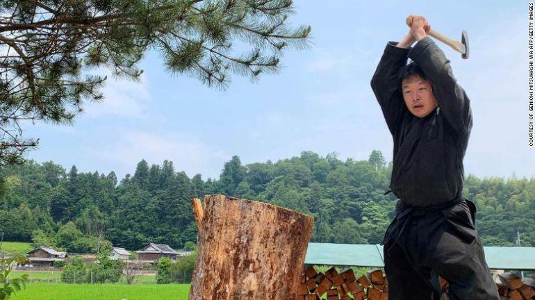 45-летний японец стал первым в мире магистром по изучению жизни ниндзя