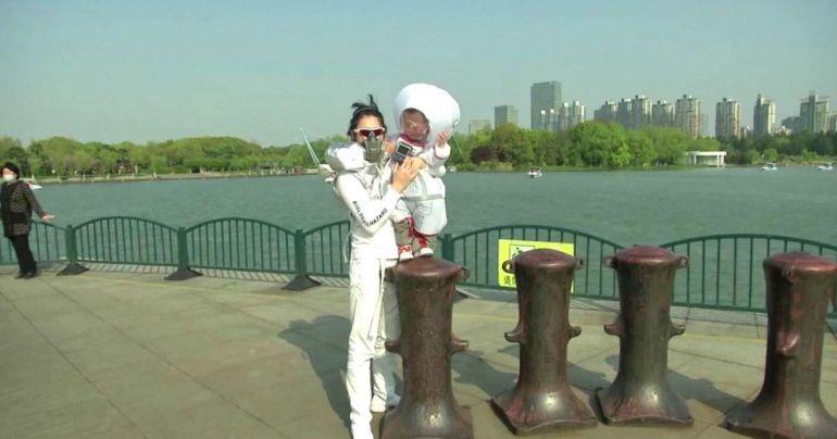 Житель Шанхая сконструировал для двухлетнего сына уникальный защитный костюм