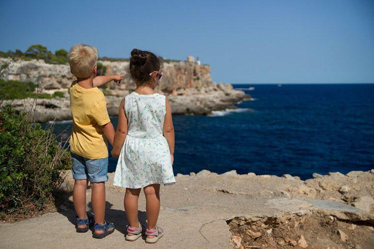 Дети смотрят на море