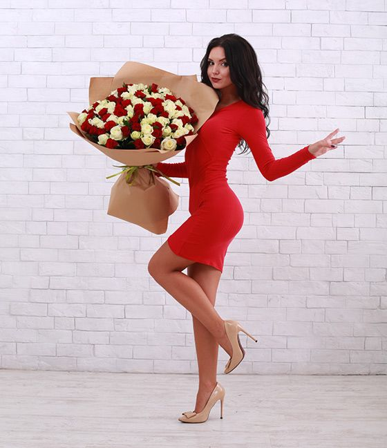 девушка в красном платье с букетом роз