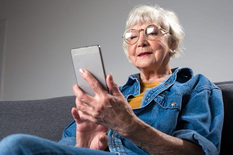 пожилая женщина со смартфоном