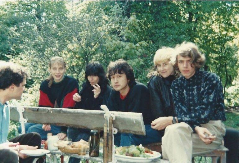 Наташа и Виктор Цой с друзьями на даче Лепницкого в Москве. 1980-е г.