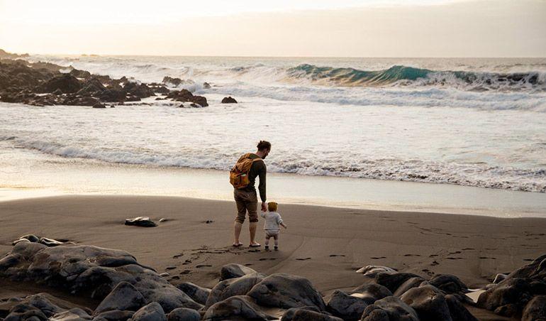 За границу с ребенком. Папа с малышом на море
