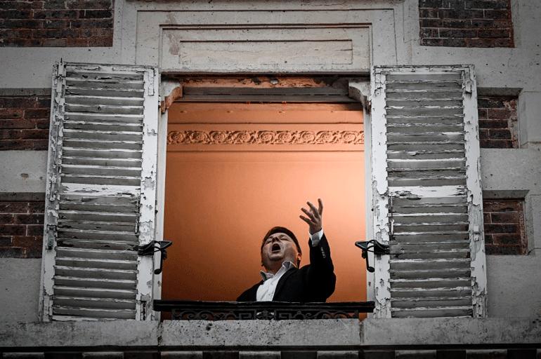 В Париже оперный певец устраивает концерты из собственного окна