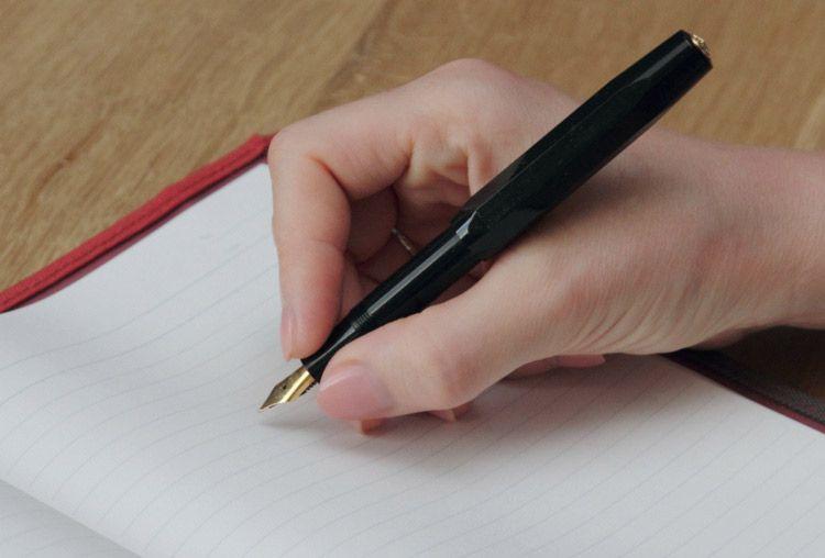 перьевая ручка как держать