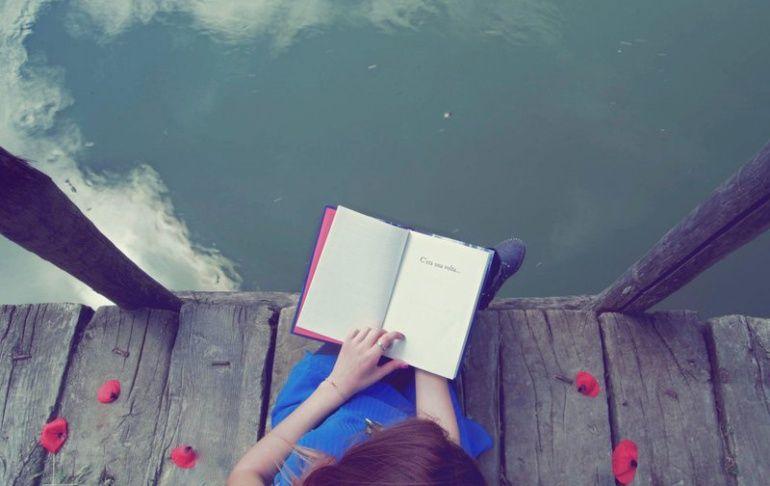 Литература в фокусе: топ самых лёгких и атмосферных идей для фотосессии с книгой