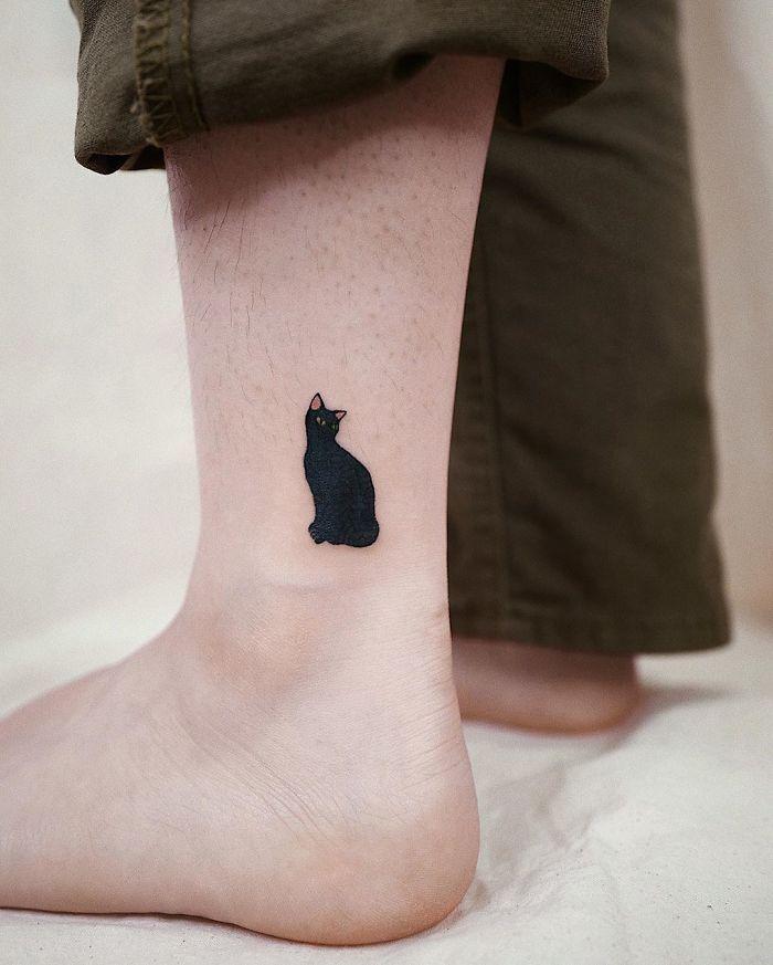 Татуировка с черной кошкой