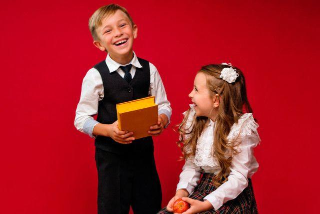 школьники с книгой. Мальчик и девочка