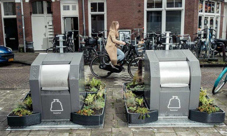 В Амстердаме высаживают минисады вокруг мусорных контейнеров, чтобы люди не мусорили рядом