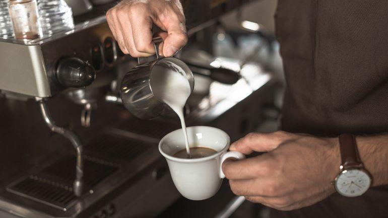 бармен наливает кофе