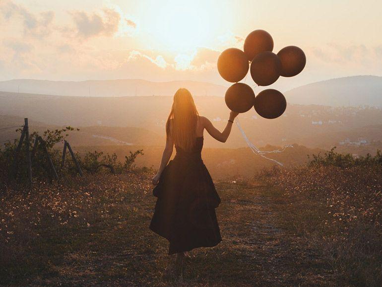 девушка с воздушными шарами Печаль