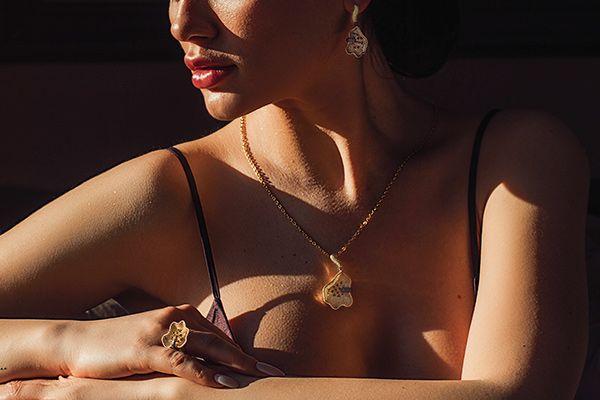девушка с золотой цепочкой