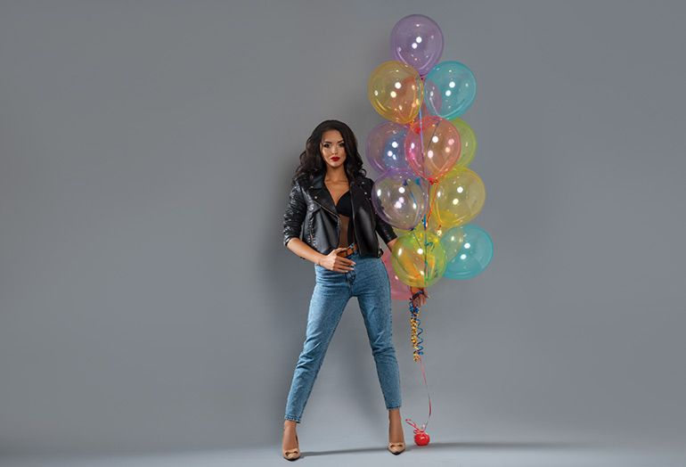 красивая девушка с воздушными шарами